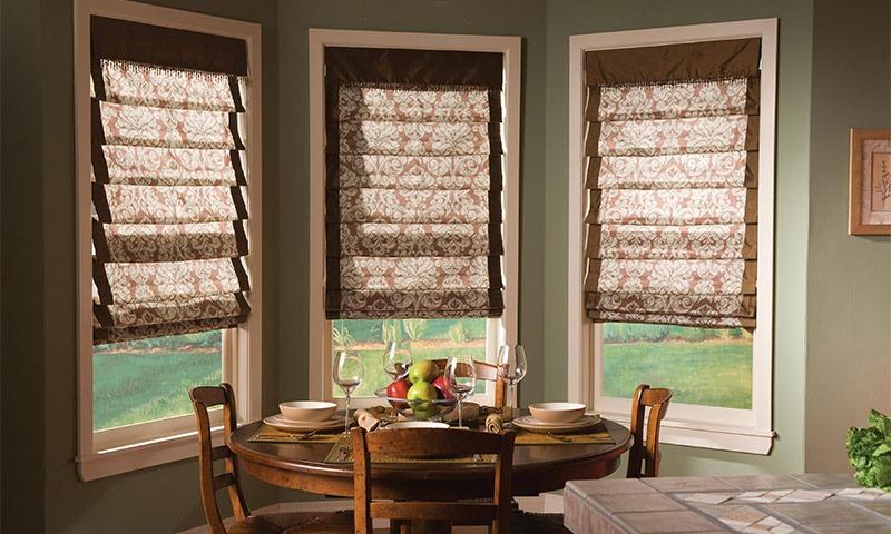 Римские шторы на окнах гостинной
