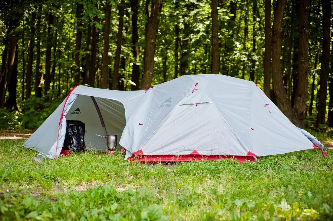 Туристическая палатка на природе