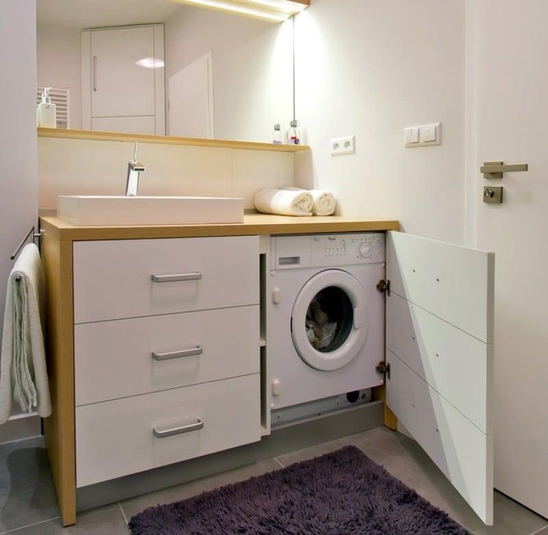 Стиральная машина в шкафу санузла