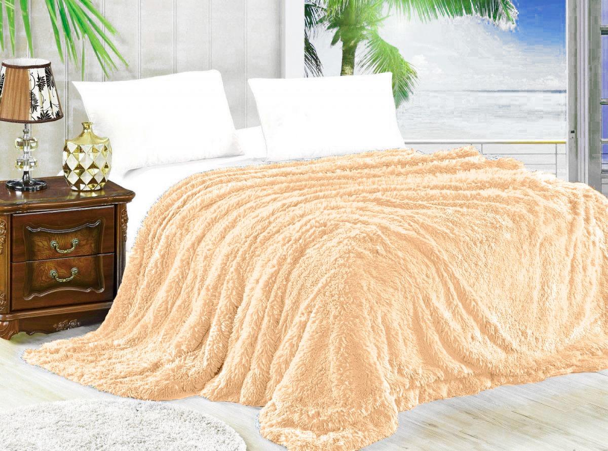 Мягкий плед на кровати