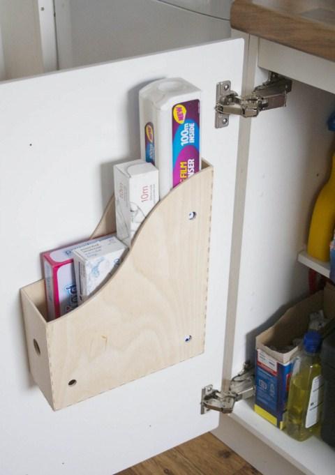 Стиральные порошки в ячейках шкафов и тумбочек