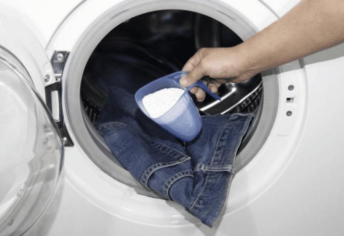Добавление моющего средства в стирку
