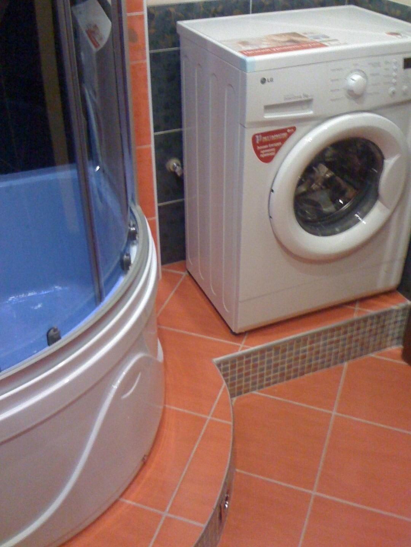 Установка СМА на подиуме в ванной