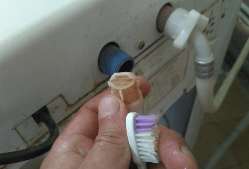 Прочистка фильтра щеткой