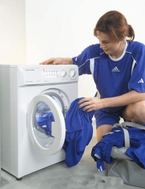 Загрузка белья для стирки в компактной стиральной машине