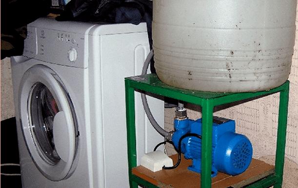 Нагнетательный насос присоединенный к источнику воды