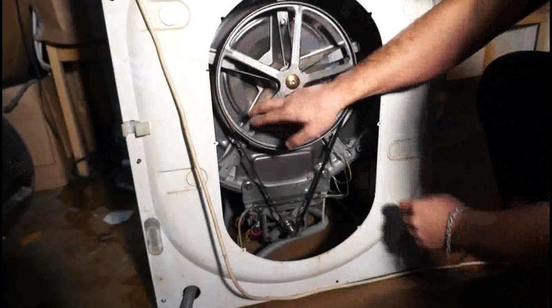 Доступ к приводному ремню и двигателю