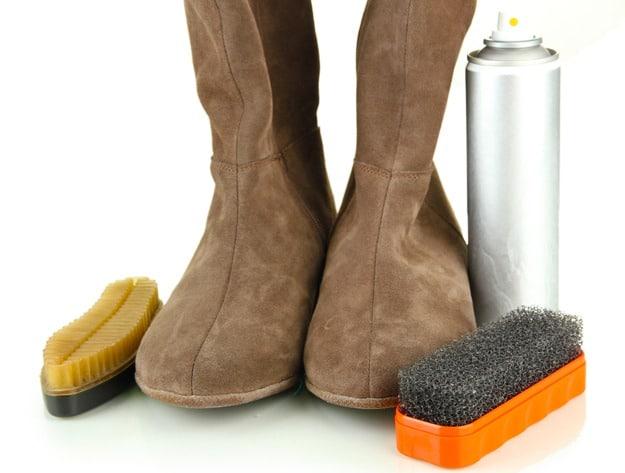Замшевую обувь нельзя стирать, а нужно только чистить