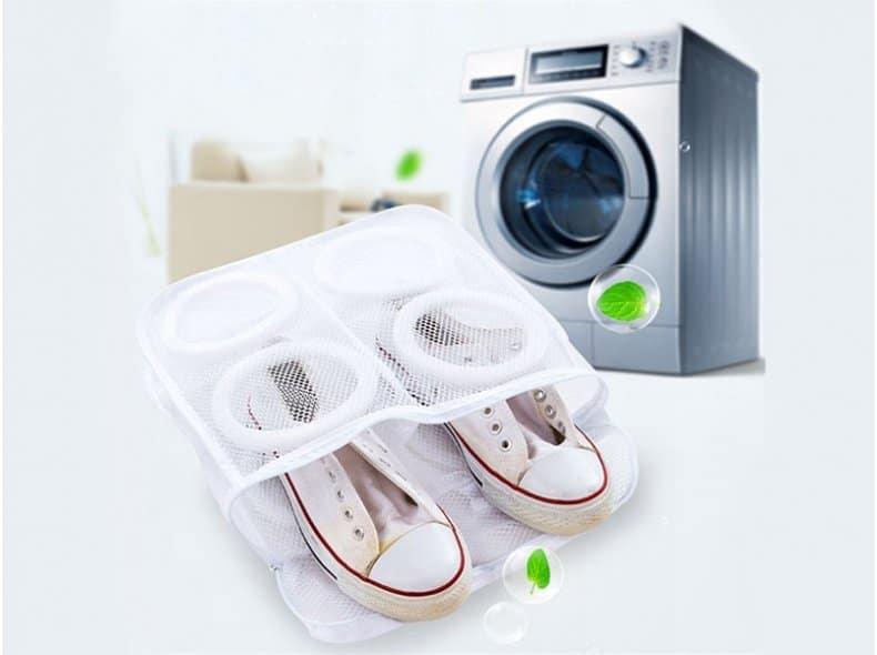 Лучше обувь стирать в специальных мешках или контейнерах