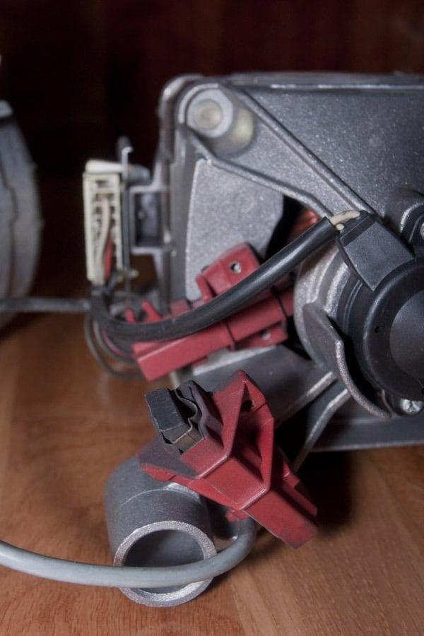 Установка щеток электродвигателя