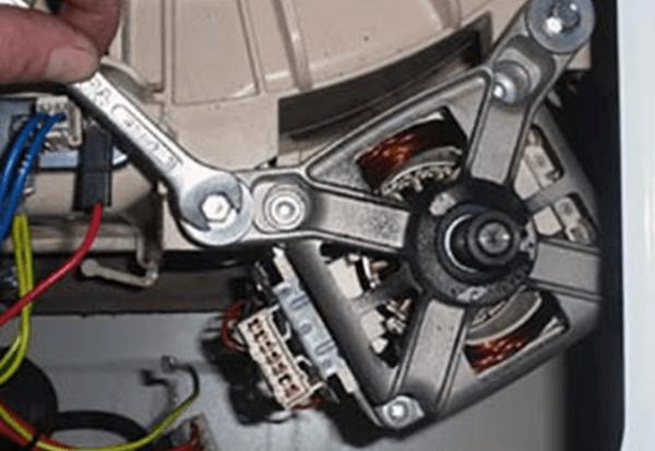 Откручивание креплений двигателя СМА