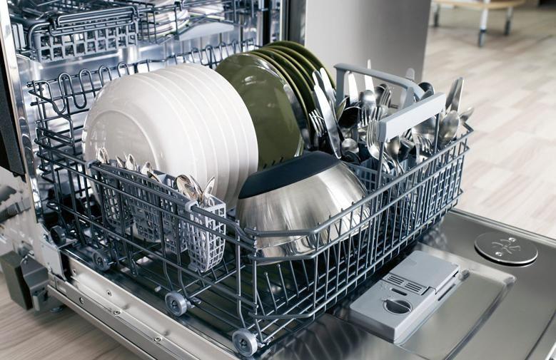 Загрузка посудомоечной машины посудой
