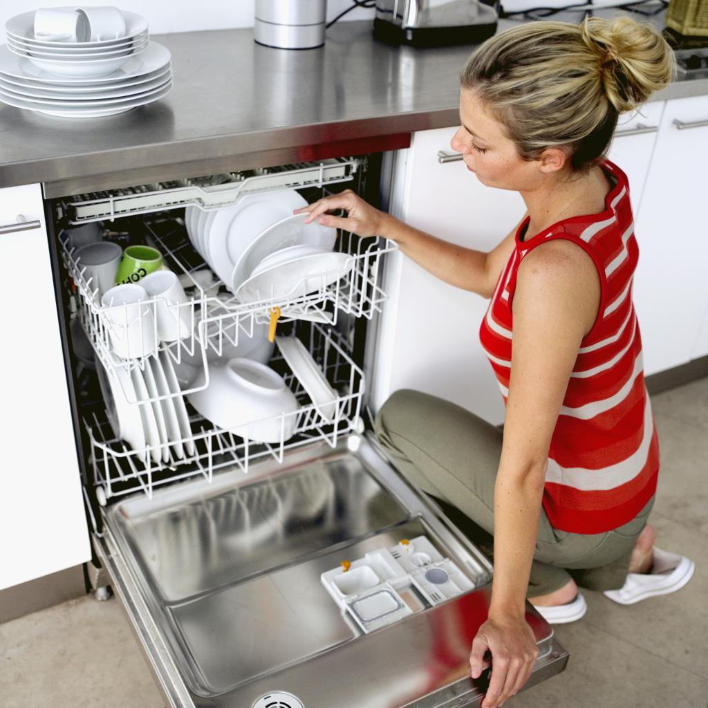 Чистая посуда после мытья в ПММ