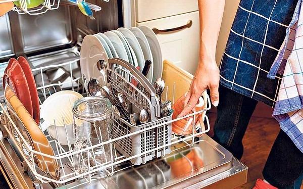 Выгрузка посуды из посудомоечной машины
