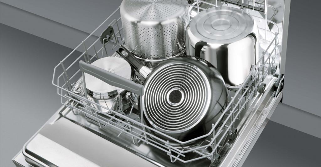 Вымытая посуда в посудомоечной машине