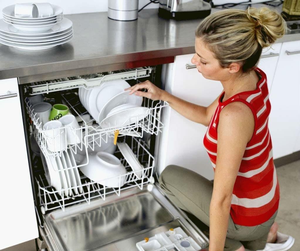 Выемка вымытой посуды из ПММ