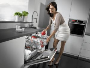 Выемка помытой посуды из ПММ