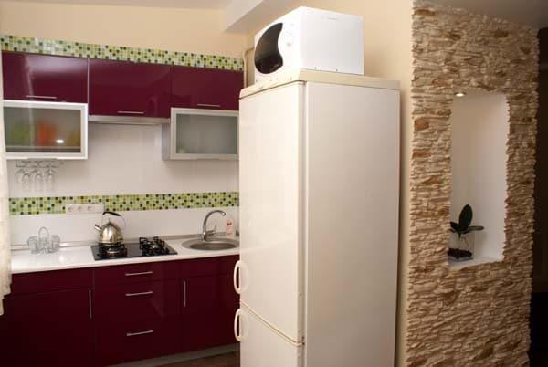 СВЧ на холодильнике в кухне