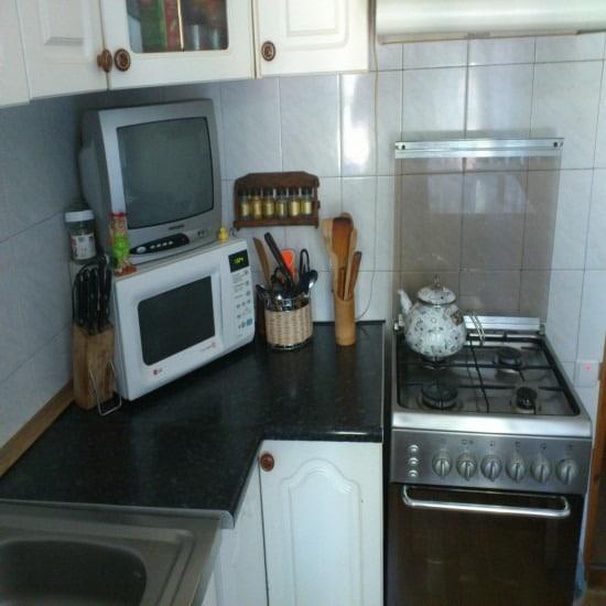 СВЧ под телевизором на кухне